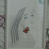 Прекрасная девушка с прекрасной бабочкой на плече, в Ялте