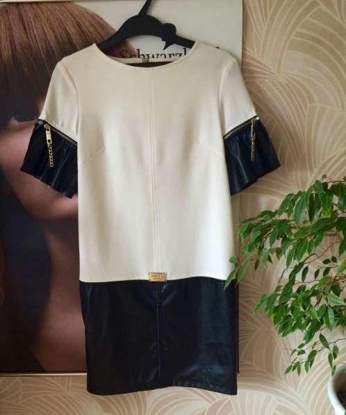 Платье белое с кожаными вставками