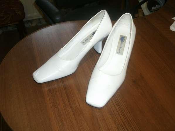 Б/у. Туфли женские белые на каблуке. Разм. 38