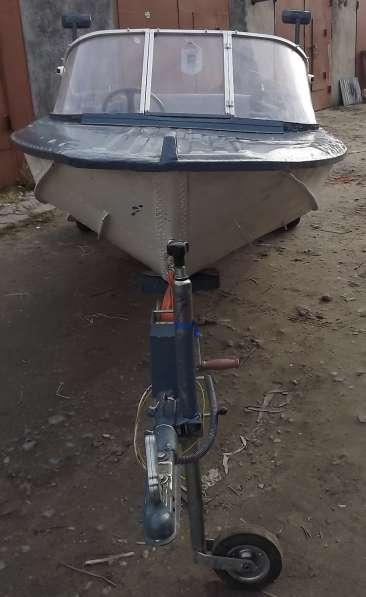 Лодка с мотором на прицепе