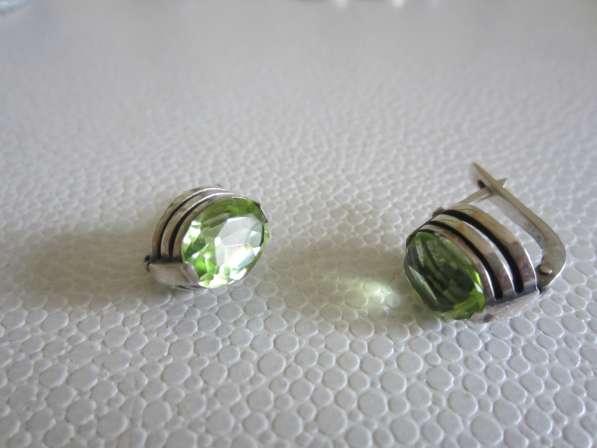 Серьги из серебра с зеленым фионитом