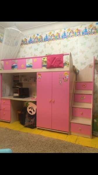 Розовая кровать чердак