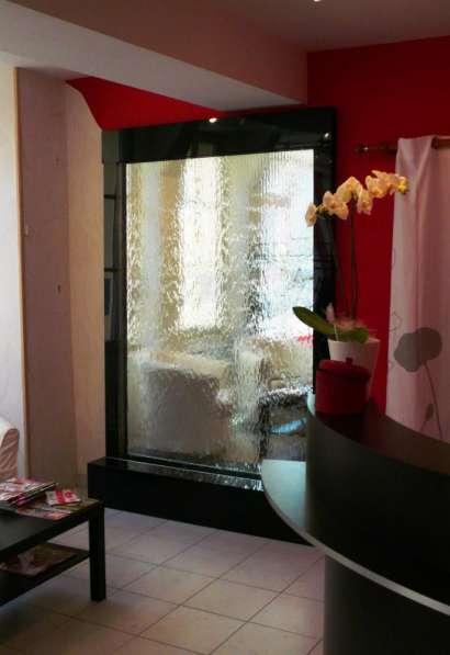 Водопады по стеклу — возможность созерцать воду каждый день