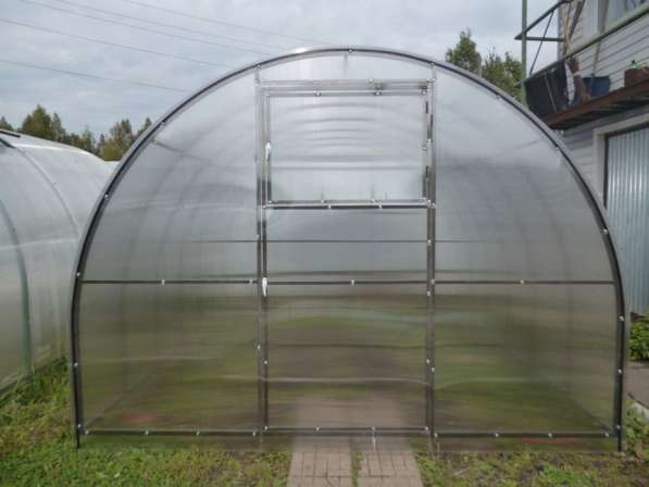 Теплица арочного типа с покрытием из сотового поликарбоната