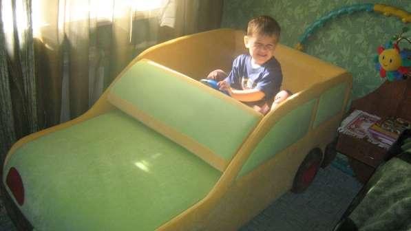 Детская кровать в виде машины