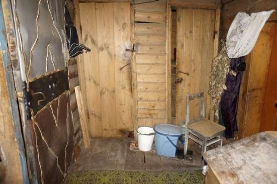 Бревенчатый дом в тихой деревне, рядом с лесом, недалеко от