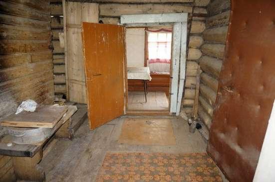 Бревенчатый дом пригодный к проживанию, в тихой деревне на б