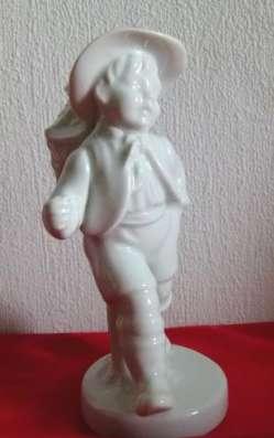 Gerold.Юбилейная фигурка.Мальчик с корзиной.13см