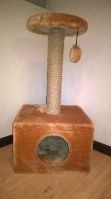 Домик-когтеточка для кошек коричневая