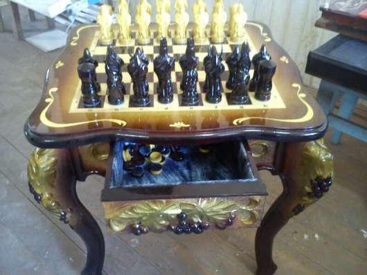 Шахматный стол с фигурами