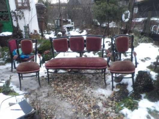 Старинный диван и два кресла