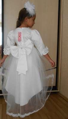 Платье белое, праздничное, нарядное, со шлейфом